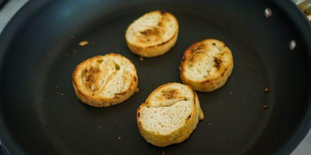 Как приготовить французский луковый суп: Подсушите ломтики хлеба