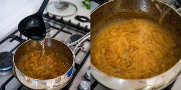 Рецепт лукового супа: добавьте бульон