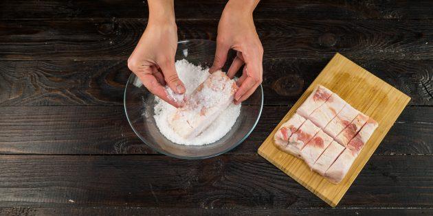 Хорошо натрите сало солью со всех сторон