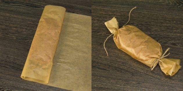 Заверните фарш в пергамент и крепко завяжите верёвками