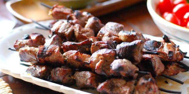 Daging terbenam dalam cairan yang dihasilkan, aduk. Letakkan di lemari es ke rak atas.