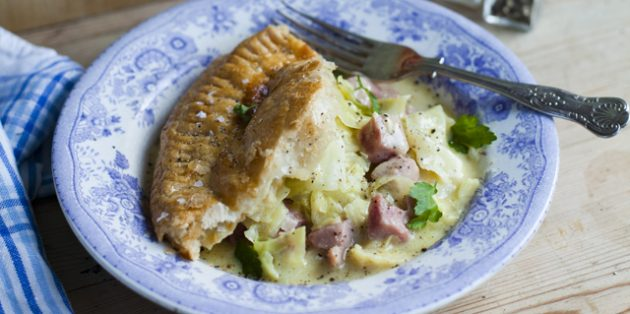 Пирог с капустой, ветчиной и сливочным соусом