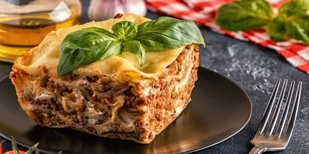 Gătitul Lasagna este nevoie în mâncăruri cu pereți groși cu lideri mari. Alegeți prea multă formă, astfel încât Lasagna să nu funcționeze scăzut. Ar trebui să aibă cel puțin 3-4 straturi de aluat.