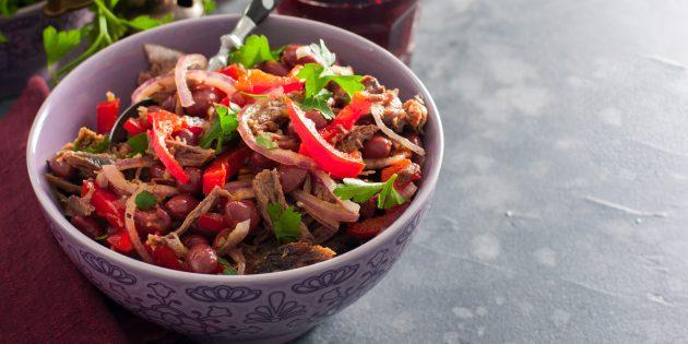 Salad dengan kacang, daging lembu, lada dan walnut: resipi mudah