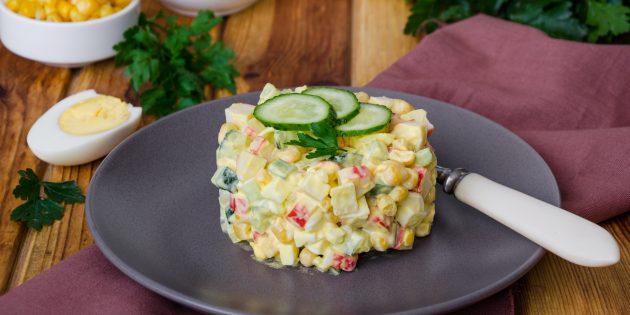 Salad với đũa cua, gạo, ngô, trứng và phô mai