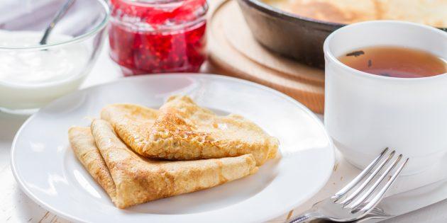 Ricetta per frittelle sottili con fori su panna minerale e acida