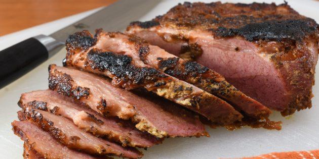 Thịt bò với rau và champignons trong rượu vang