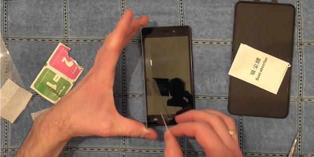 Πώς να κολλήσετε ένα προστατευτικό γυαλί σε ένα smartphone