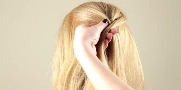 یک رشته کوچک را از لبه سمت راست جدا کنید، آن را بر روی سمت چپ بگذارید و موهای خود را با سمت راست سر اضافه کنید