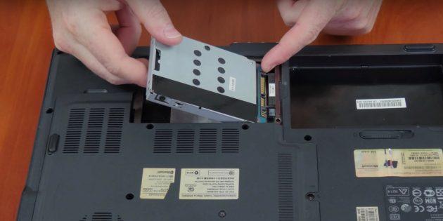 Достаньте жёсткий диск, чтобы почистить ноутбук