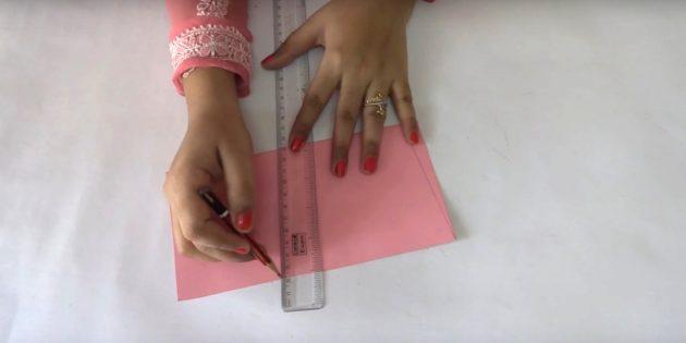 Gấp một tờ giấy màu hồng làm đôi