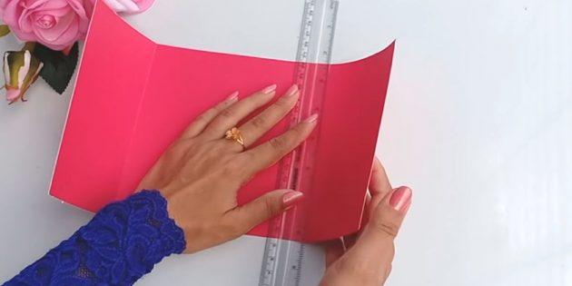 การ์ดสำหรับวันเกิดด้วยมือของคุณเอง: ตัดจากรายละเอียดกระดาษหนาสีชมพู 30 x 15 ซม