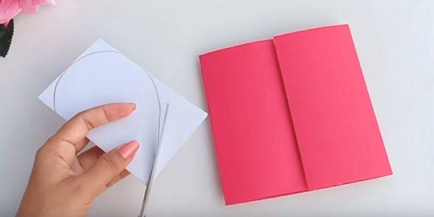 بطاقة المعايدة يديك: ارسم على جانب واحد من الورق الأبيض نصف القلب وقطع المحيط