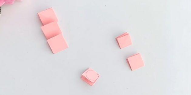 بطاقات المعايدة يديك: قطع 3 مربعات من ورق الخوخ مع 5 سم و 4 سم