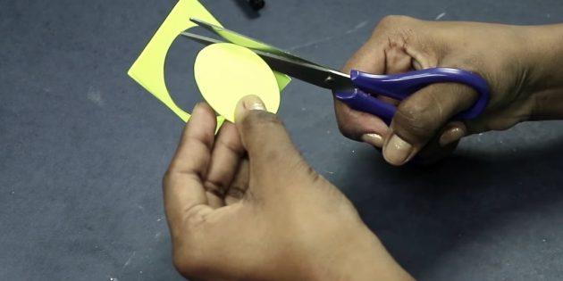 บัตรอวยพรสำหรับมือของคุณเอง: ตัดวงกลมกระดาษสีสามสี