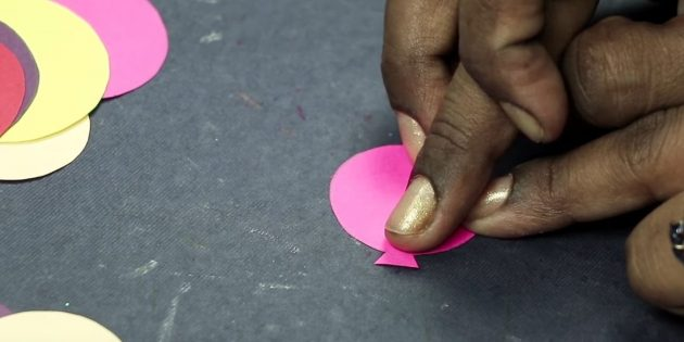 Thiệp chúc mừng cho bàn tay của bạn: Cắt hình tam giác nhỏ