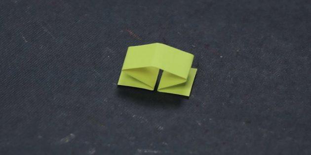 Piega una piccola striscia di carta a metà