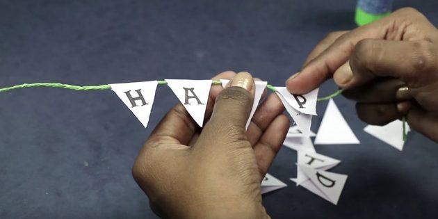 """เขียนในแต่ละสามเหลี่ยมในหนึ่งตัวอักษรจากวลี """"สุขสันต์วันเกิด"""""""