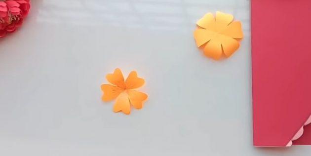 Mở vật phẩm và xoắn những cánh hoa bằng bút chì