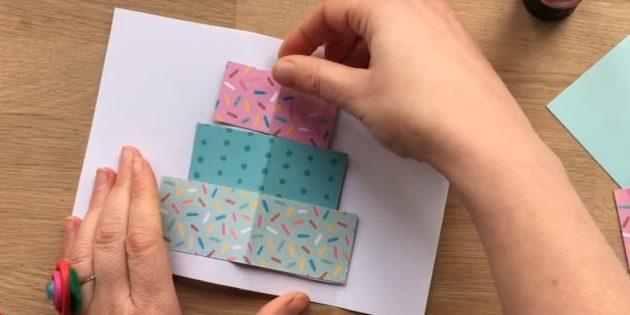 Үш тіктөртбұрышты түрлі-түсті қағаздан алдағы торт қабатының мөлшеріне кесіңіз
