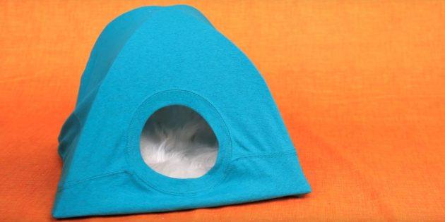 Como fazer uma casa para um gato de papelão, camisetas e cabides