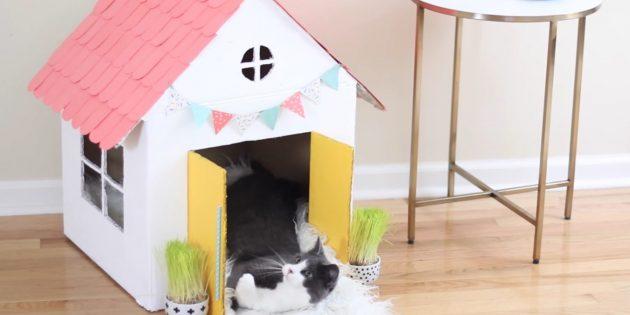 Como fazer uma casa de um andar para um gato faz você mesmo: pendurar bandeiras e maçanetas da porta