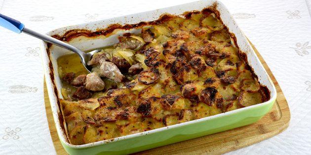 Thịt lợn với khoai tây, kem và hương thảo trong lò nướng