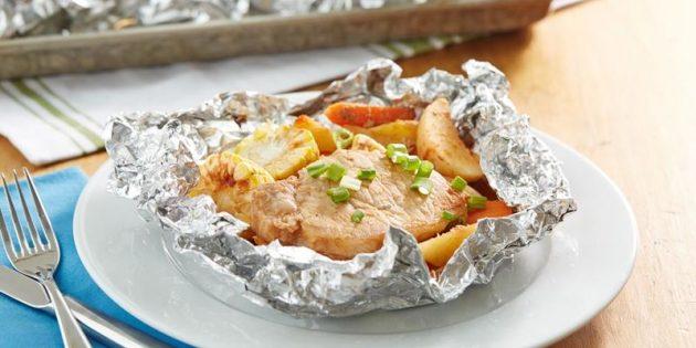 Thịt lợn với khoai tây và ngô trong lá trong lò