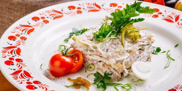 Salad dengan timun asin, lidah dan zaitun: resipi mudah