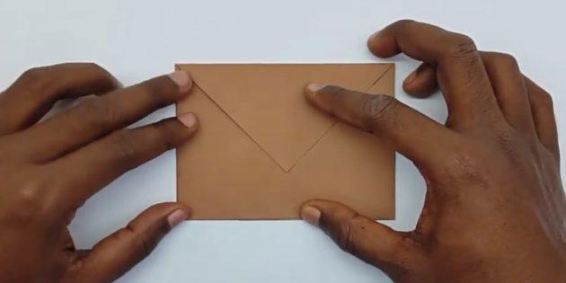 как сделать конверт: загните левый угол