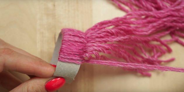 Ёлочные игрушки своими руками: продолжайте крепить пряжу