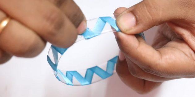 Как сделать ёлочные игрушки: оберните кольцо лентой
