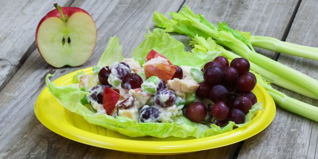 Bagaimana untuk menyediakan salad dengan epal, ayam, saderi, anggur dan walnut