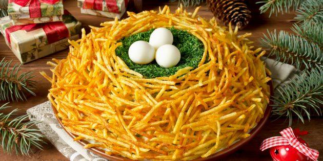 "Resipi salad klasik ""sarang plukhary"" dengan telur puyuh dan kentang goreng"