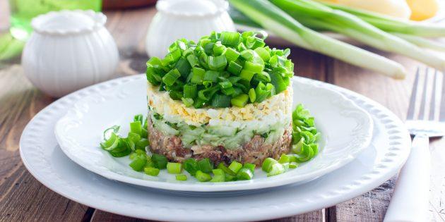 สูตรสลัด: สลัดกับปลากระป๋องแตงกวาไข่และสีเขียว