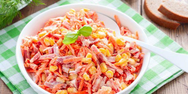 Resipi mudah salad terbaik: salad dengan sosis asap, wortel korea dan jagung