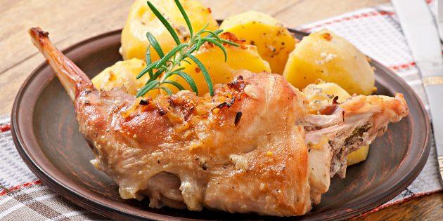 Kuneho sa oven na may cream, toyo at mga sibuyas