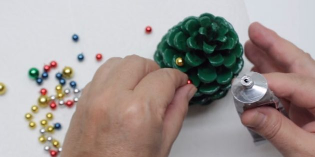 How to make a Christmas tree with your own hands: Add beads