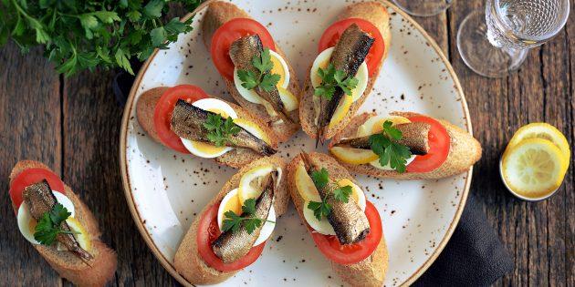 スプラット、トマト、卵、レモンのお祝いテーブル用サンドイッチ:シンプルなレシピ