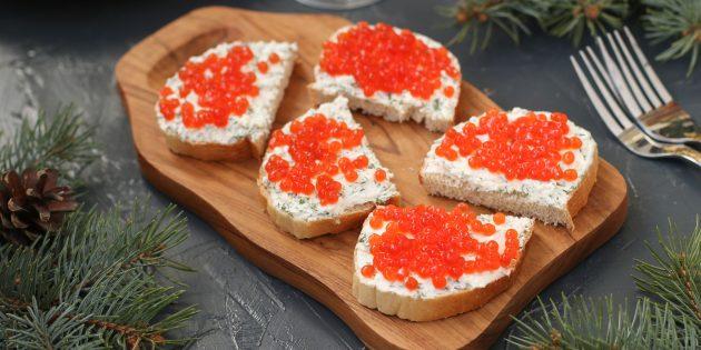 フェタと赤キャビアのお祝いサンドイッチ