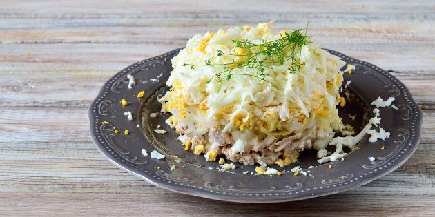 Resipi mudah untuk salad dengan ayam, kentang, telur, keju dan bawang jeruk