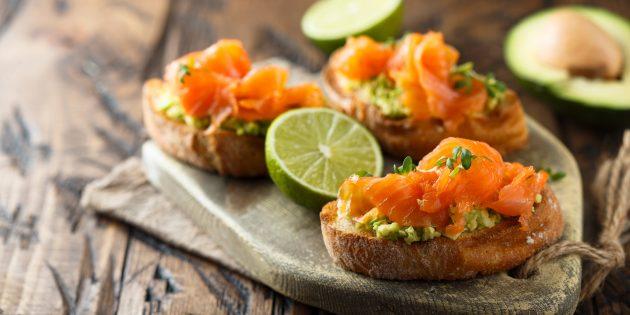 アボカド、チーズ、卵、赤い魚のお祝いテーブル用サンドイッチ