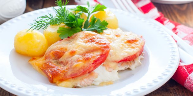 Pink salmon in the oven with tomatoes and cheese: a simple recipe