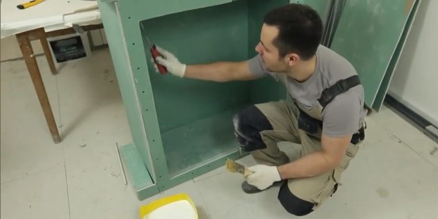 Decorative fireplace with your own hands: Treat the primer all the fireplace surfaces