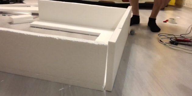 Декоративный камин своими руками: изготовьте ещё один прямоугольник по ширине камина и закрепите его сверху конструкции
