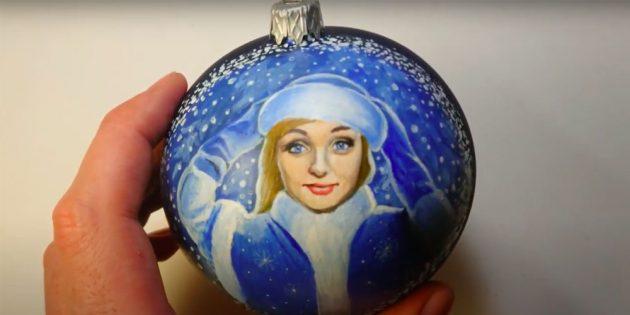 วิธีการวาดอะคริลิคหญิงสาวบนลูกบอลคริสต์มาส