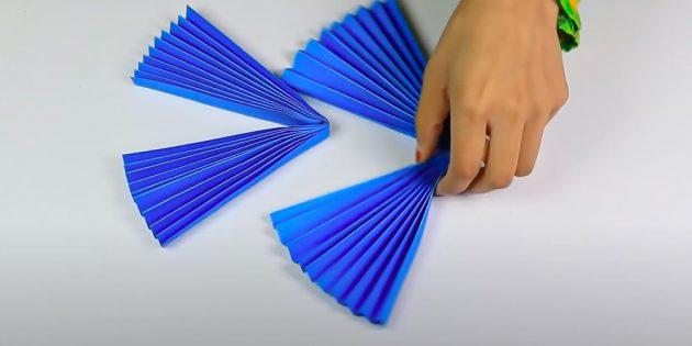 Сделайте две бумажные гармошки