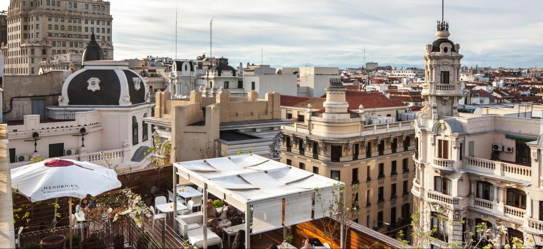 Vista superior de la terraza con la Gran Vía al fondo