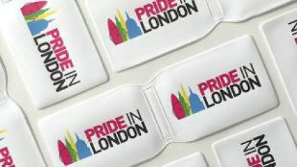 Fundas para tarjetas con el lema del desfile del OrgulloLGTBQ de Londres 2017: Pride in London. Fuente: www.visitlondon.com
