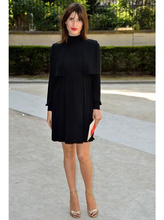 Tragen Sie Ein Schwarzes Seide Schwingendes Kleid Um Einen Sen Glamurösen Outfit Zu Schaffen